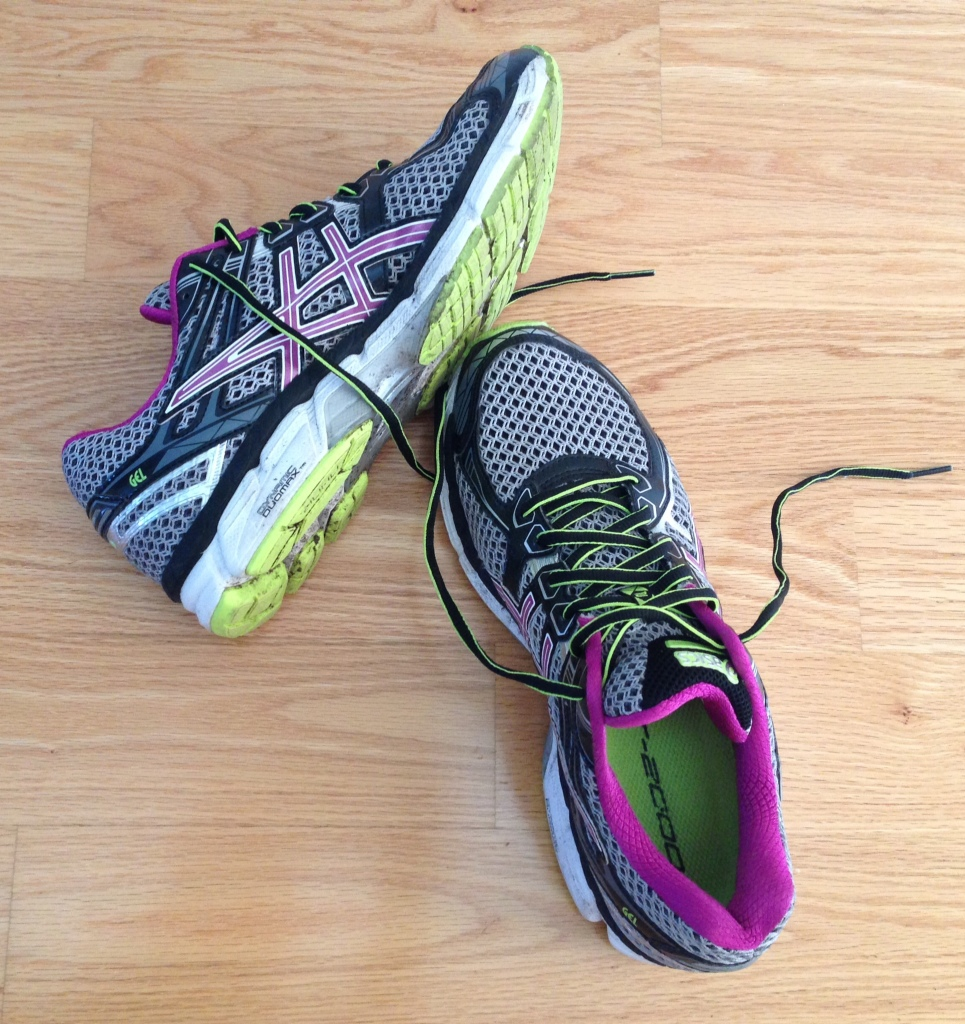 running-shoes-asics-gel-2000